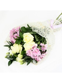 Букет из кремовых роз и розовых хризантем