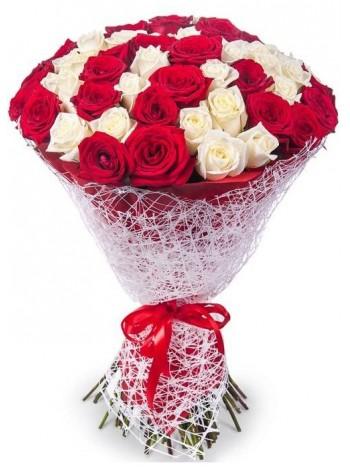 Букет из красных и белых роз